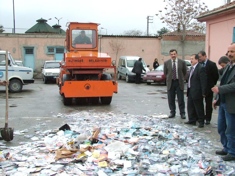 Kapanış görselini tüm korsan CD satıcılarına ithaf ediyorum. Eskiden Kadıköy'de Pazar günü geldi mi sokak satıcıları çuvallar dolusu CD'yi yollara döker, çarşamba pazarında sütyen satan esnaf gibi System of a Down, albümü satarlardı (Görsel Ankara-Altındağ Belediyesi'nin 35.000 CD v kaset imha ettiği 2005 yılından kalmadır).
