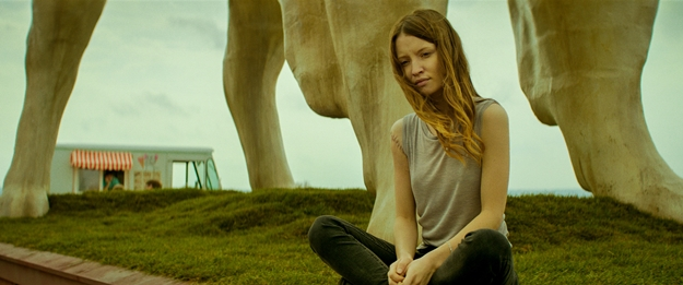 Emily-Browning-Essie-MacGowan-107-dcb8944a-6f72-498c-8ee7-20a1ad1aa8fd