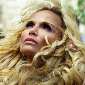 Kristin-Chenoweth-in-American-Gods-Season-1-Episode-8