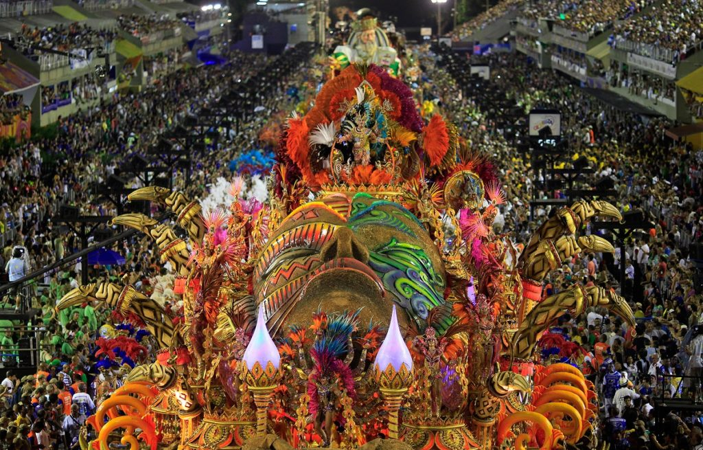 The Beija-Flor samba school parades during the Rio de Janeiro's Carnival February 17, 2015. The Carnival's jury named the group champion on Wednesday. Picture taken February 17, 2015. REUTERS/Ricardo Moraes (BRAZIL - Tags: SOCIETY TPX IMAGES OF THE DAY) - RTR4Q5PF
