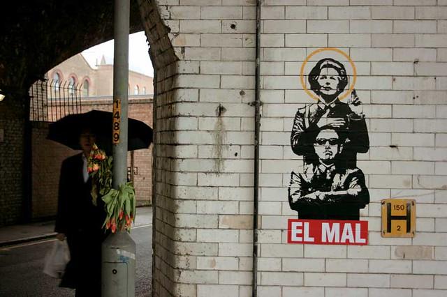 Hem mutsuz bir Pinochet, hem de bir Demir Leydi; işte hızlıca bırakılıp gidilmiş bir parça sanat, altta da 'Şeytan' yazıyor